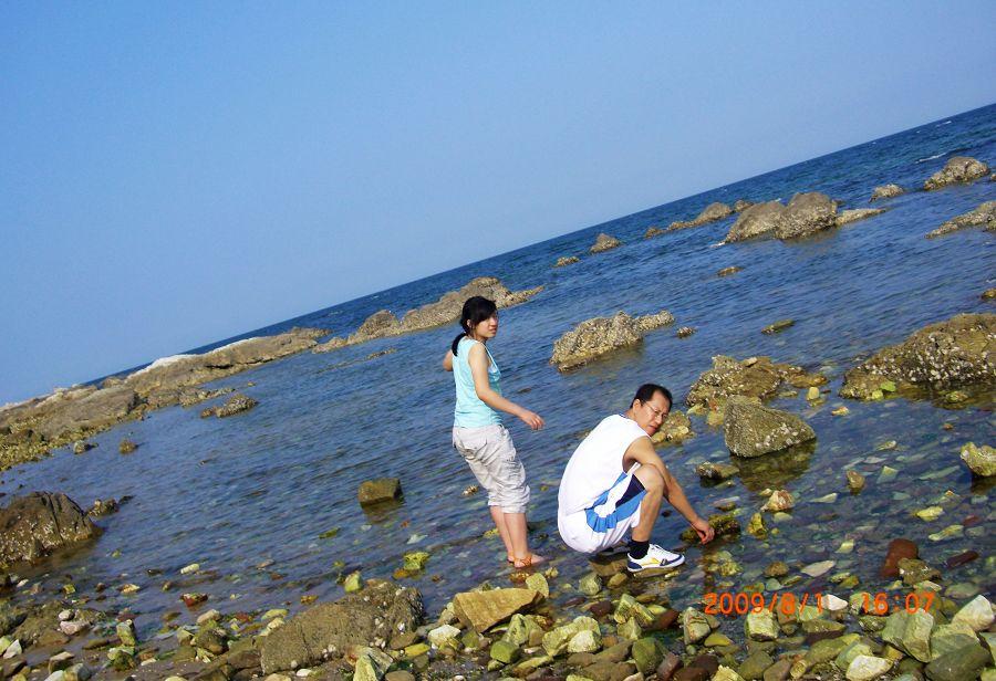 去了养马岛的海水浴场,人很多,于是姐夫领着我们来到这一僻静