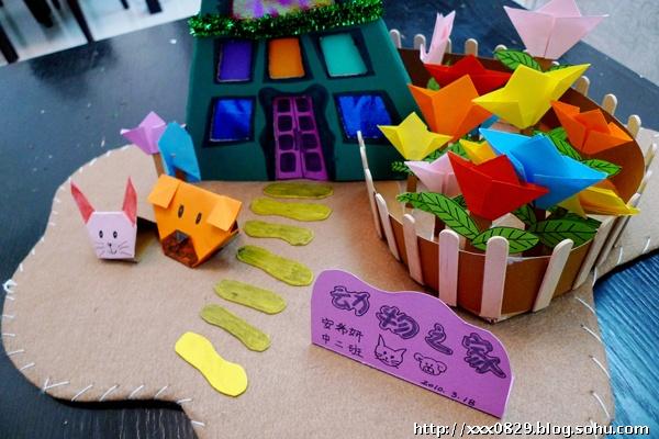 幼儿园创意阅读《谁偷走我的房子》的延伸,小小建筑师,发挥自己的想象,设计一座房子!经过三天的努力,俺家的三角形小树屋建成了!这是老妈和希希妍共同努力的作品!(虽然主要的还是老妈在做,但希希妍的参与程度比小时候更多了) 这次除了常用的卡纸和彩纸,老妈还发现了一种叫纤维纸的好东东,老妈本人比较喜欢有质感的东西,所以发现时马上就买下了!也就是房子的底板,卡其色的!还有,这次的花儿和小动物都是用彩纸折叠出来而不是画出来的,这样的立体感会比较强!上周末和希希妍到书店去买的折纸书,平时也可以折,这回刚好派上用场了!