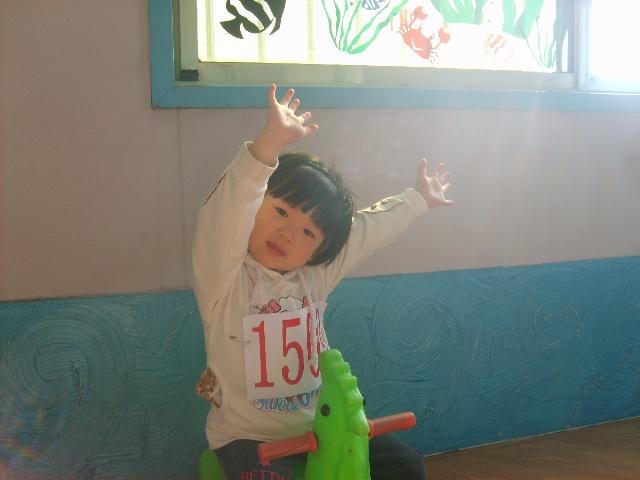 幼儿园手举班牌可爱图片