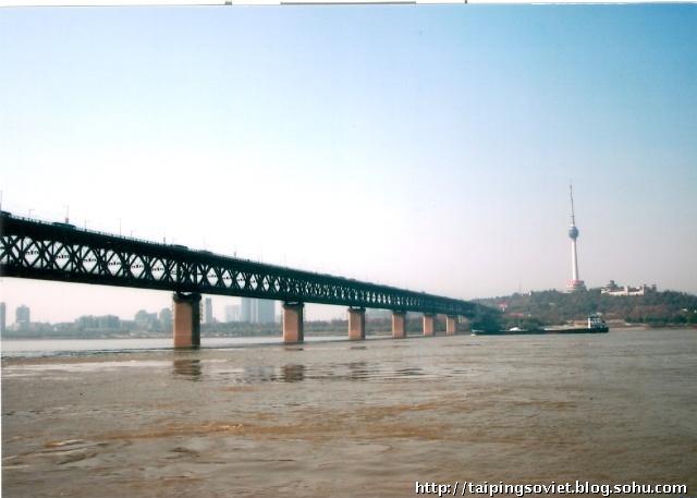 长江大桥越来越近.而龟山上的电视塔越来越远