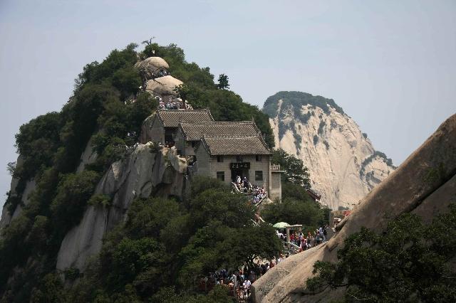 自古华山一条路,第一条是常规的旅游线路,第二条是电影智取华山的那图片