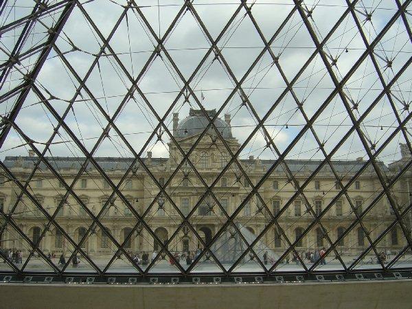 透过金字塔玻璃,外里的景物了了可睹