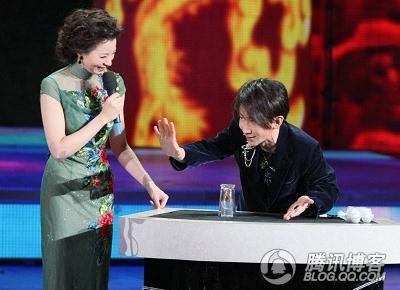 董卿和刘谦在春晚合作的魔术.-魔术是怎么 骗 我们的图片