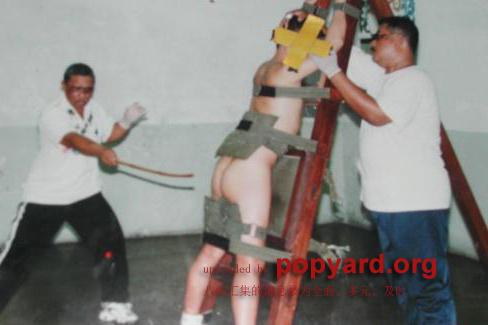 面临鞭笞酷刑图