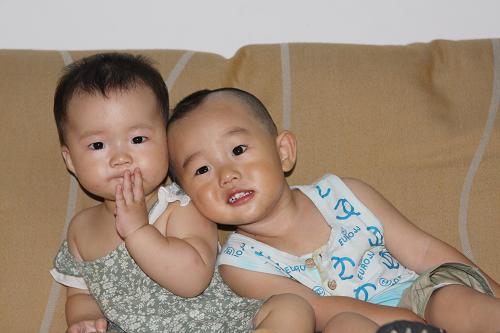 可爱宝宝兄妹图片