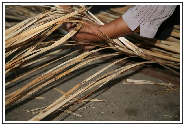 编织苇席,根据不同的花纹采用不同的编织