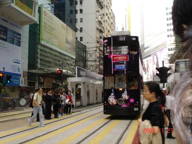 叮当车已在香港迎来送往一个多世纪了。 如果一个人老做同一件事,而且还做得风风火火的,就会给旁人造成一个印象,他/她一定是很喜欢做那件事。不过这个推论不能用在我们家人身上。比如说,跟我们打交道的人都会经常看到老公西夏穿格子衬衫,黑白格,蓝白格,红黑格等等,很多件,不了解的人一定以为他很喜欢格子衬衫,就像村上春树一样。但事实上不是这样的,他之所以老穿格子衬衫是因为我很爱给他买格子衬衫,至于他本人,如果说原来的确有那么一点喜欢,但已经让我搞得避之唯恐不及了。又比如说,我们家前后用过的三部车子其中后两部都是香槟