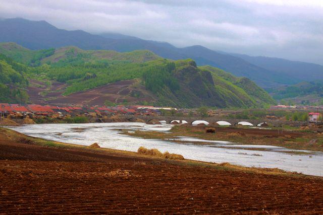 距抚顺市175公里,据沈阳市215公里.它属长白山支系的龙岗山余脉.